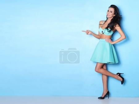 Photo pour Simplement belle et souriante femme sur fond bleu . - image libre de droit