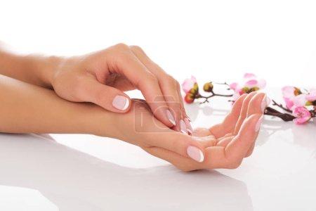 Photo pour Traitement en spa. Soins des mains des femmes. - image libre de droit