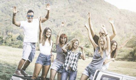 Photo pour Happy friends group having fun at countryside party ride on pick up truck car - Concept d'amitié avec les jeunes partageant du temps ensemble sur l'expérience de la ferme - Filtre désaturé vintage - image libre de droit