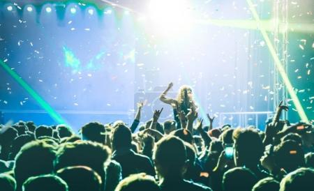 Photo pour Concert événement festival avec dj jouant de la musique à après la fête - divertissement et concept de la vie nocturne avec les jeunes danser dans la discothèque - amis s'amuser ensemble au club afterparty - flou - image libre de droit
