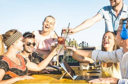 Groupe d'amis heureux grillage fashion boit en streaming live vidéo plage parti - jeunes s'amuser au bar à cocktails de l'été - jeunesse et amitié concept en mettant l'accent sur les verres et chaud filtre