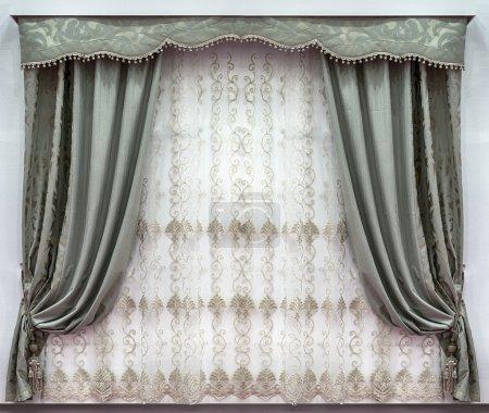 Photo pour Le design élégant des fenêtres à l'intérieur. Combinée des rideaux confectionnés les produits naturels. Un bandeau de dur et d'un tulle avec broderie - image libre de droit