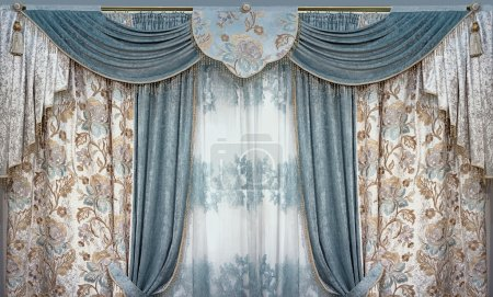 Das luxuriöse Interieur ist im Stil des Palastes eingerichtet. Vorhänge, Pelz und Tüll aus natürlichen Materialien