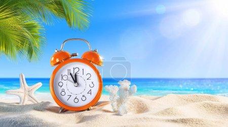 Foto de Último minuto - Concepto de verano - Alarma en la playa tropical - Imagen libre de derechos