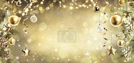 Photo pour Fond de Noël avec ornement doré vintage suspendu sur les branches de sapin - image libre de droit
