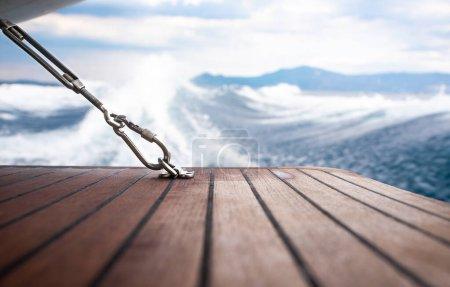 Photo pour Fermer mousqueton en acier inoxydable fixé au plancher en bois du yacht . - image libre de droit