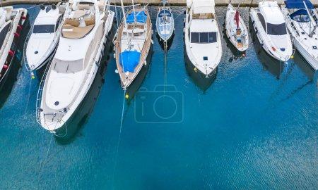 Photo pour Vue du dessus de la marina avec des bateaux amarrés et des yachts . - image libre de droit