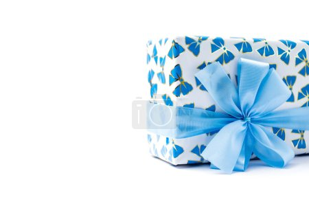 Photo pour Blue gift box wrapped with gift pattern paper with ribbon bow isolated on white background. Copy space. - image libre de droit