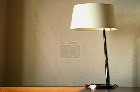 Photo pour Lampe de table sur bureau en bois. Design d'intérieur de bureau concept. Espace de copie, horizontal . - image libre de droit