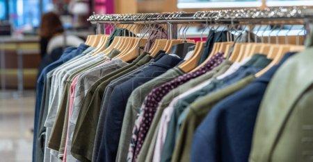 Fermer les vêtements sur les cintres au magasin du centre commercial, faible profondeur de champ .