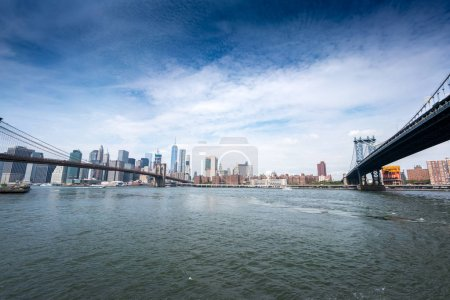 Photo pour Vue vers l'horizon de la ville avec le pont de Manhattan, New York City, Usa. 2016 urbain aux États-Unis - image libre de droit