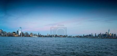 Photo pour Vue de New York sur l'eau, New York, é.-u. - image libre de droit