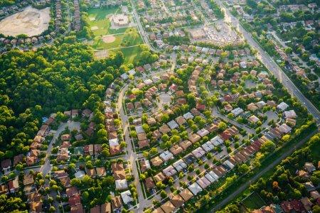 Photo pour Vue aérienne de maisons en banlieue résidentielle, Toronto, Ontario, Canada - image libre de droit
