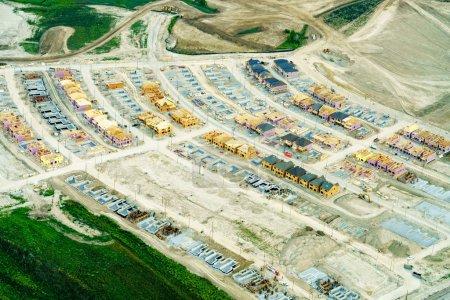Photo pour Vue de la forte inclinaison du chantier de construction, dans la journée, Toronto, Ontario, Canada - image libre de droit