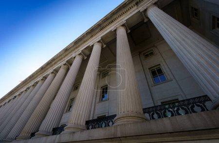 Photo pour Extérieur du bâtiment du gouvernement, détail de la colonne, vue en angle bas, Washington DC, États-Unis. washington capitale usa 2016 automne - image libre de droit