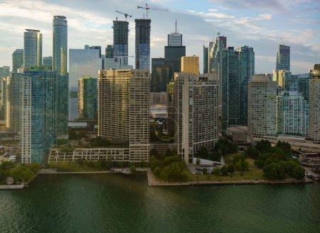 Photo pour Vue d'angle élevé des bâtiments, dans la journée, Toronto, Ontario, Canada - image libre de droit