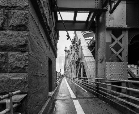 Photo pour Noir et blanc tourné le long du Queensboro Bridge, New York City, New York, Usa - image libre de droit