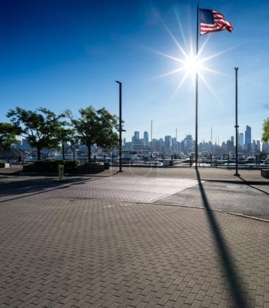 Photo pour Découvre vers New York city, avec nous, drapeau en plein soleil, New York, é.-u. - image libre de droit