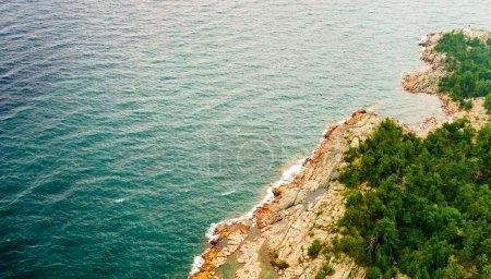 Foto de Vista de ángulo alto de la costa con las rocas costa afuera y los árboles, Toronto, Ontario, Canadá - Imagen libre de derechos