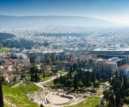 Photo pour Théâtre De Dionysos avec Paysage Urbain et Montagne, Athènes, Grèce - image libre de droit