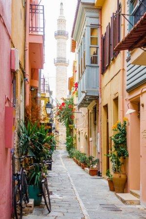 Photo pour Ruelle menant vers le minaret à Crète, Grèce - image libre de droit