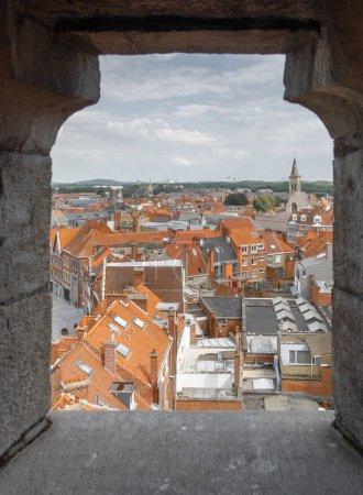Photo pour Toits de bâtiments résidentiels à travers le trou du mur à Tournai, Belgique - image libre de droit