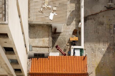 Photo pour Vue de dessus d'un bâtiment avec un toit ondulé à Plaka, quartier d'Athènes, Grèce, Europe - image libre de droit
