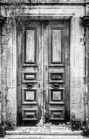 Photo pour Porte en bois fermée de maison - image libre de droit