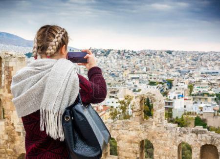 Photo pour Jeune femme, capturant la ville d'Athènes sur téléphone mobile, Grèce - image libre de droit