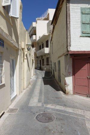 Photo pour Petite ruelle et des bâtiments résidentiels, Heraklion, Grèce - image libre de droit