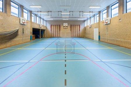 Photo pour Cours de gym européen vide pour les sports scolaires pas de personnes - image libre de droit