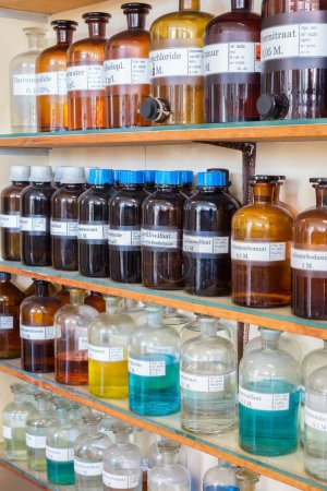 Photo pour Lignes de produits chimiques dans des bouteilles sur les étagères de chimie à l'école secondaire - image libre de droit