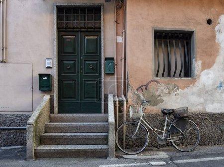 Photo pour Découpage italien d'un bycicle dans une ruelle - image libre de droit