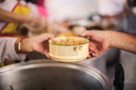 Photo pour Concepts des dons et de l'alimentation : les pauvres donnent gratuitement des dons des donateurs. - image libre de droit