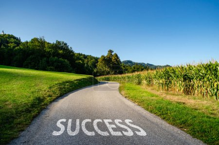 Photo pour Concept d'orientation ou de cheminement vers le succès à l'avenir. Écriture blanche sur route asphaltée noire pavée . - image libre de droit
