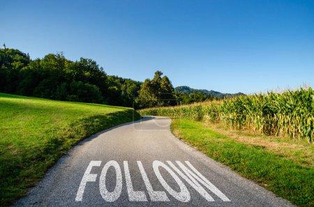 Photo pour Suivez la route comme un concept pour l'avancement, la direction ou le voyage - image libre de droit