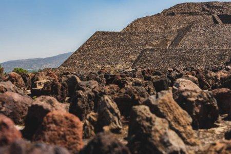 cerca de las rocas en el sitio arqueológico Teotihuacan en México, lugar de muchas de las pirámides mesoamericanas más significativas desde el punto de vista arquitectónico, Patrimonio de la Humanidad de la UNESCO..