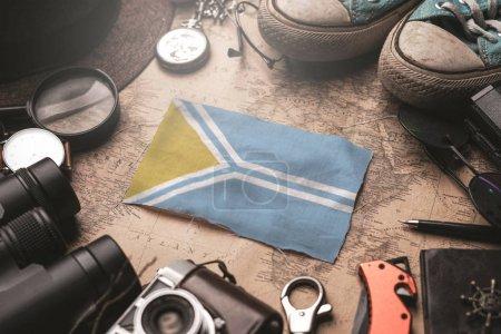 Тувинский флаг между аксессуарами путешественника на старинной карте. Tou