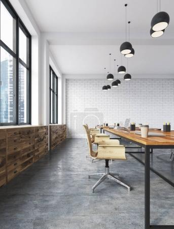 Photo pour Intérieur de bureau en brique blanche avec sol en béton, grandes fenêtres, tables et chaises en bois et tiroirs. Rendu 3d - image libre de droit