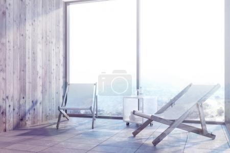 Photo pour Intérieur en bois avec deux transats, debout près d'une fenêtre panoramique avec un beau paysage. maquettes 3D rendu double exposition aux tons d'image - image libre de droit
