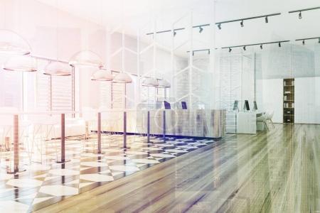 Photo pour Intérieur de bureau moderne avec un sol à carreaux et en bois, de grandes fenêtres et des rangées de tables d'ordinateur. Une vue latérale. 3d rendu maquette image tonique double exposition - image libre de droit