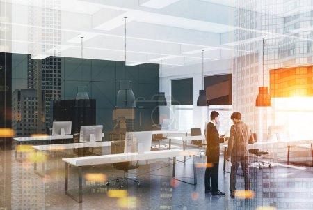 Photo pour Intérieur de bureau moderne noir et blanc avec un plancher en bois, deux rangées de tables d'ordinateur et de parler des gens d'affaires. maquettes 3D rendu double exposition tonique image floue - image libre de droit