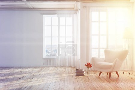 Photo pour Intérieur blanc vide avec un plancher en bois, de hautes fenêtres et un fauteuil blanc près d'une pile de livres. Modélisation de rendu 3d image tonique - image libre de droit