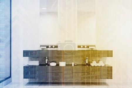 Photo pour Évier double sur une étagère grise massive avec deux miroirs verticaux étroits au-dessus d'elle. Un mur décoré original. rendu 3D aux tons double exposition image - image libre de droit