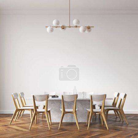 Photo pour Longue table de salle à manger blanche avec des chaises blanches et en bois debout dans une pièce blanche. Modélisation de rendu 3d - image libre de droit