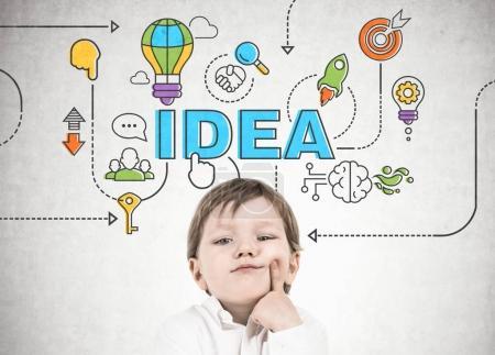 Pensando niño, dedo en la mejilla idea de negocios