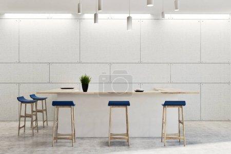 Photo pour Intérieur éco bar mural blanc avec tables blanches et tabourets bleus. Une plante en pot sur un bar. Rendu 3d - image libre de droit