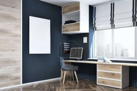 Photo pour Coin bureau moderne avec des murs bleu foncé et en bois, un plancher en bois, un bureau d'ordinateur avec des étagères suspendues au-dessus et une affiche encadrée sur le mur. Modélisation de rendu 3d - image libre de droit