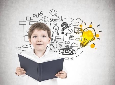 Lindo niño pequeño con un libro, idea de negocio
