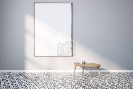 Photo pour Intérieur vide avec des murs gris, de grandes fenêtres, un sol géométrique et une petite table à côté d'une grande affiche verticale encadrée. Modélisation de rendu 3d - image libre de droit
